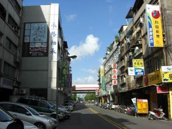 街道灯具更新为欧式风格景观灯,塑造地方街道特色.